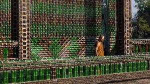 Conoce el templo budista en Tailandia erigido a base de botellines vacíos de cerveza